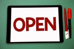 开放概念性手文字的陈列 企业照片陈列允许事通过通过或为clos直接用途相反  免版税库存照片