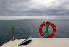 开放海洋的看法从一条游艇的在一多云天 免版税库存图片