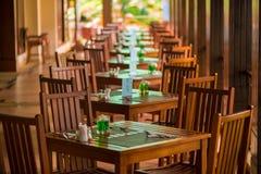 开放游廊的餐馆,桌是 库存照片