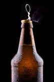 开放湿啤酒瓶上面  免版税图库摄影