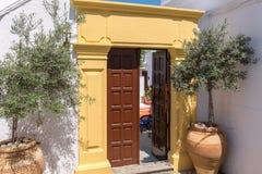 开放的门 Lindos,罗得岛,希腊 图库摄影