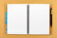 开放空白书纸板的附注 免版税库存图片