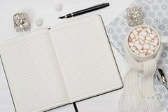 开放空白的记事本 杯子热巧克力与 免版税库存图片