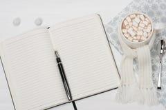 开放空白的记事本 杯子热巧克力与 库存图片