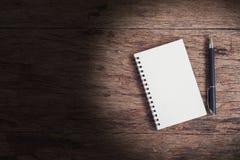 开放笔记本的顶视图图象有空白的在木桌上 免版税图库摄影