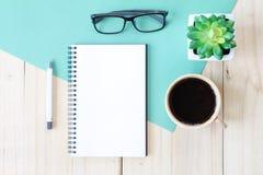 开放笔记本的顶视图图象有空白页和咖啡杯的在木背景,为增加准备或嘲笑  图库摄影