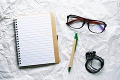开放笔记本的顶视图图象有空白页的与在白色葡萄酒背景的笔 库存图片