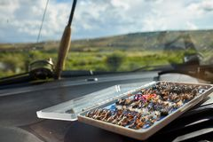 开放箱子手被栓的用假蝇钓鱼飞行 免版税库存图片