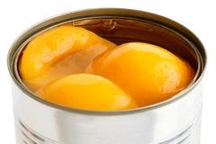开放罐头细节在糖浆的桃子一半在白色 库存照片
