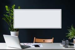 开放膝上型计算机特写镜头在白色桌上的 空的工作场所 嘲笑 免版税图库摄影