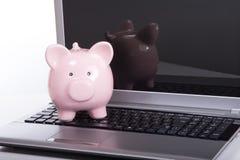 开放膝上型计算机的存钱罐 免版税库存图片