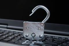 开放膝上型计算机的锁定 库存图片