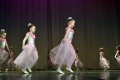 开放舞蹈节日2016儿童的舞蹈小组执行芭蕾 库存图片