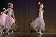 开放舞蹈节日2016儿童的舞蹈小组执行芭蕾 库存照片