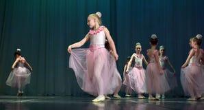 开放舞蹈节日2016儿童的舞蹈小组执行芭蕾 图库摄影