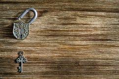 开放葡萄酒挂锁和老钥匙在一张木桌上 库存照片