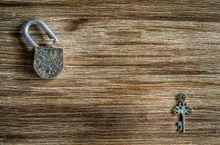 开放葡萄酒挂锁和钥匙在木纹理 库存照片