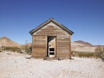 开放被放弃的沙漠门的房子 免版税库存照片