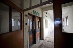 开放走廊的门 免版税库存照片