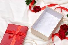 开放配件箱空的礼品 红色丝带弓当前与英国兰开斯特家族族徽在ho 库存照片