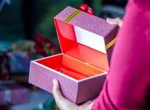 开放配件箱的礼品 库存照片