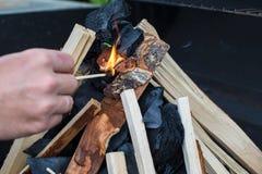 开放野营的火特写镜头射击烤肉的 图库摄影