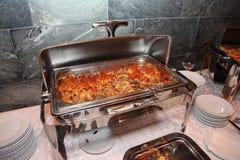开放钢双重蒸锅照片在立场的与意大利烹调盘-与蕃茄蓬蒿和剁碎的牛肉肉的面团 免版税图库摄影