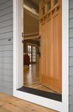 开放门前的家 免版税库存照片