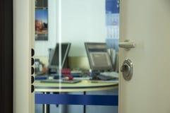 开放门的办公室 免版税库存照片