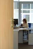 开放门的办公室 免版税库存图片