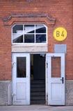 开放门的工厂 免版税库存图片
