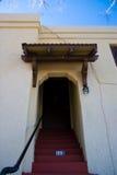 开放门道入口的房子 免版税库存图片