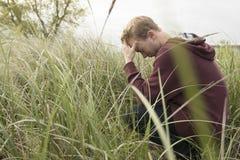 开放领域祈祷的少年 库存照片