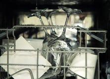 开放洗碗机细节,有下落的器物在washin期间 免版税库存图片