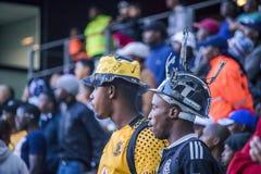 开普敦体育场,南非, 2018年5月12日-观看PSL足球比赛的不同的南非橄榄球对手支持者 库存图片