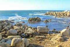 开普敦多岩石的海滩 库存图片