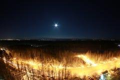 开普敦市在与月亮的晚上在天空 免版税库存图片