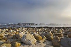 开普敦给海滩带来波浪,各种各样的大小石头  免版税库存照片