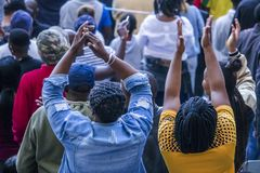 开普敦,南非, 2018年5月12日-欢呼在PSL足球比赛期间的不同的南非橄榄球支持者 图库摄影