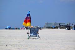 开普梅沙滩伞和海滩睡椅 免版税库存图片