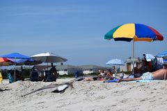 开普梅沙滩伞和海滩 免版税库存照片
