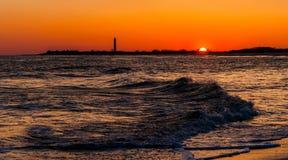 开普梅点灯塔和波浪在大西洋sunse的 库存照片