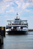 开普梅-刘易斯渡轮接近船坞 免版税图库摄影