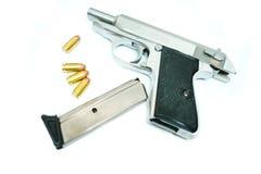 开枪与在白色背景和杂志安置的弹药 Ima 免版税图库摄影