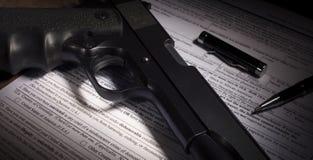 开枪与开除军籍排除highl的背景检查 免版税库存图片