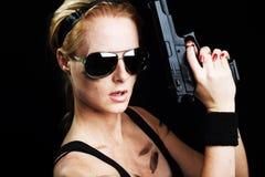 开枪军事摆在的妇女 免版税图库摄影