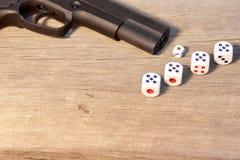 开枪和与第21的三个模子在木板 库存图片