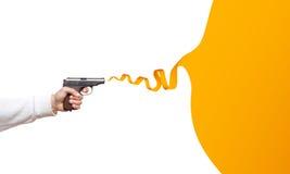 开枪在有丝带讲话泡影的人的手上 免版税库存照片