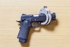 开枪在木头的手铐控制的锁预防犯罪的 库存图片