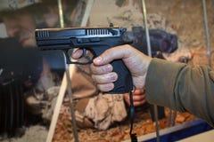 开枪在横幅背景的一个人的手上 免版税库存照片